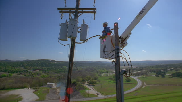 vídeos y material grabado en eventos de stock de cs slo mo ws la pan lineman in bucket truck approaching power lines / canyon lake, texas, usa - alto posición descriptiva
