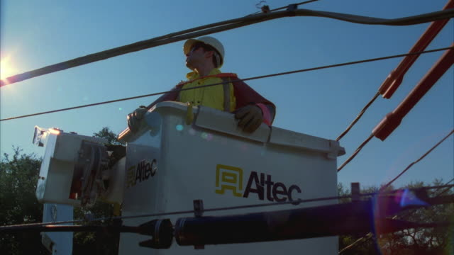 vídeos y material grabado en eventos de stock de cs slo mo ms lineman in bucket truck next to power lines / austin, texas, usa - línea telefónica
