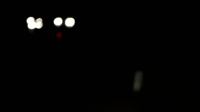 vídeos y material grabado en eventos de stock de carril las líneas y las marcas en la ruta - faro luz de vehículo