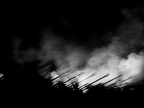 ws lines of cannons at night commanding officers ordering firing audio / moscow russia - anno 1943 video stock e b–roll