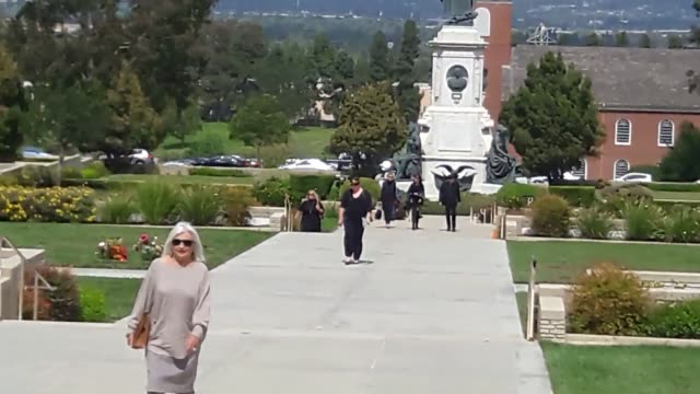 lines of carrie fisher and debbie reynolds fans at forest lawn memorial park with interviews, gathered to remember the lives of the actresses. - debbie reynolds stock-videos und b-roll-filmmaterial