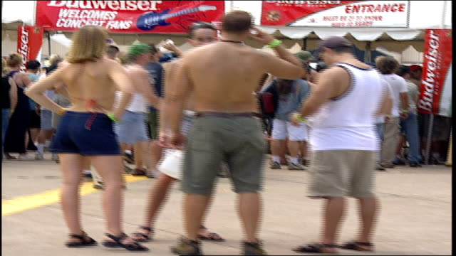 vídeos de stock e filmes b-roll de lines of crowd waiting at food stands at woodstock '99 - 1999