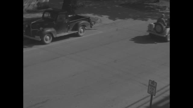 vs lines of jeeps on road / vs high angle view of the vehicles at corner tire store on street group of jeeps drive through same corner / vs jeep... - ford motor company stock videos and b-roll footage