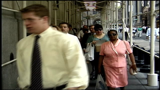 stockvideo's en b-roll-footage met lines of people walking down street - wall street lower manhattan