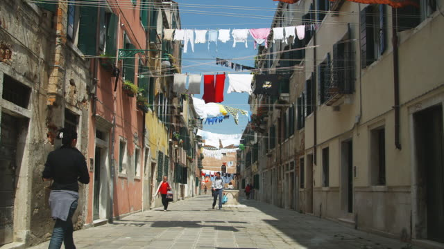 ws, lines of washing hanging between buildings in narrow street, venice, italy - fare il bucato video stock e b–roll