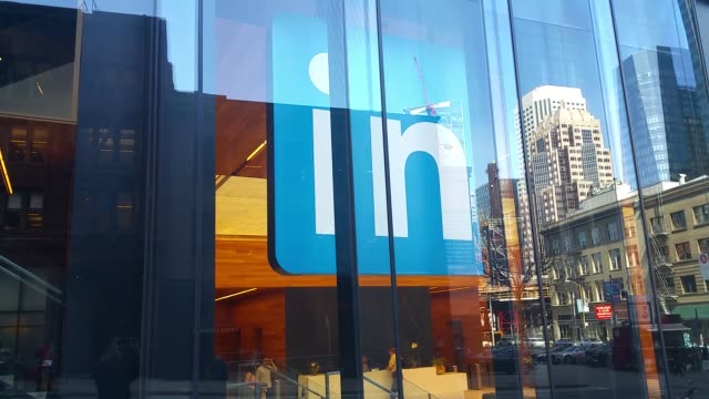 stockvideo's en b-roll-footage met linkedin's 26story san francisco skyscraper opened on march 14 to its employees various shots of linkedin headquarters at 222 2nd street interior and... - hoofdkantoor