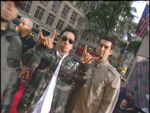 vídeos de stock, filmes e b-roll de linkin park arriving to the 2003 mtv video music awards red carpet - linkin park