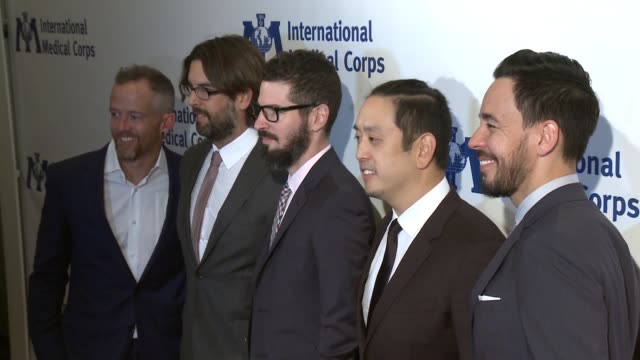 vídeos de stock, filmes e b-roll de linkin park mike shinoda chester bennington joe hahn brad delson rob bourdon dave farrell at international medical corps annual awards celebration in... - linkin park