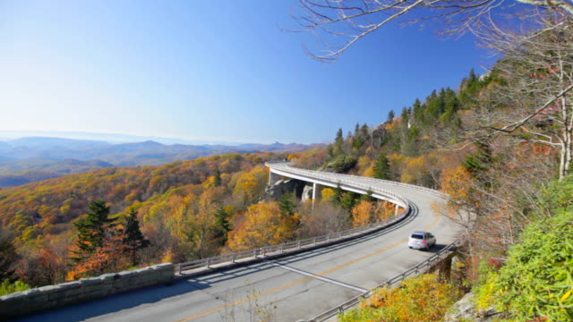 ws ha linn cove viaduct on blue ridge parkway, north carolina, usa - carolina del nord stato usa video stock e b–roll