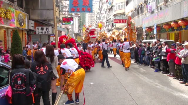 stockvideo's en b-roll-footage met ms zo lion dance performance on street on chinese new year audio / hong kong, special administrative region, china - traditie