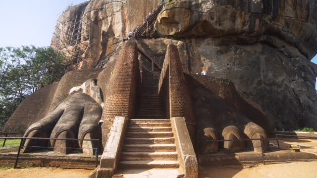 stockvideo's en b-roll-footage met lion rock at sigiriya, sir lanka. dolly steadicam approaching shot - sri lankaanse cultuur