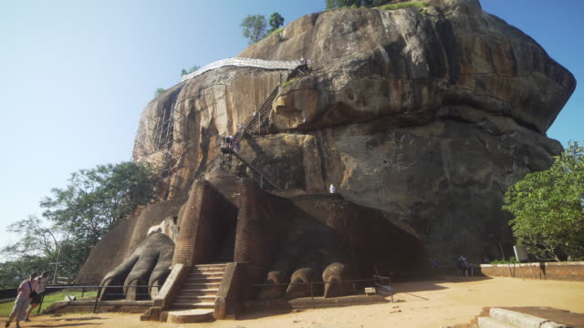 lion rock at sigiriya, sri lanka - sri lanka stock-videos und b-roll-filmmaterial
