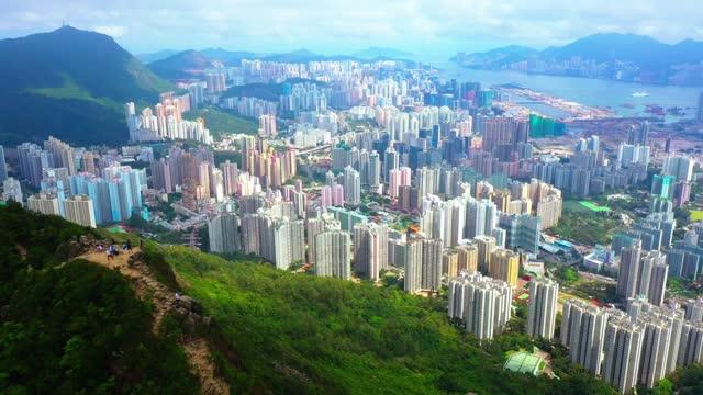 街の背景を持つ香港のライオンロック - 外乗点の映像素材/bロール