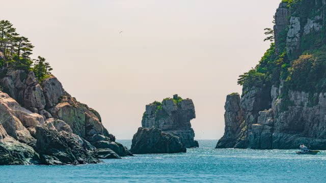 vidéos et rushes de lion rock near haegeumgang island in hallyeohaesang national park / geoje-si, gyeongsangnam-do, south korea - pêche au lancer en bord de mer