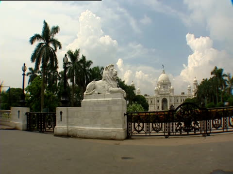 lion sculptures on either side of gated entrance to victoria memorial hall - victoria memorial kolkata stock videos and b-roll footage