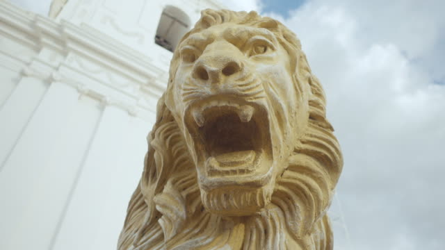 vídeos de stock e filmes b-roll de lion statue close up at leon nicaragua cathedral. frontal. scary expression. - escultura