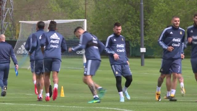 Lionel Messi y Javier Mascherano llegaron el martes a Argentina para completar el equipo de la seleccion nacional a dos dias de un partido clave en...
