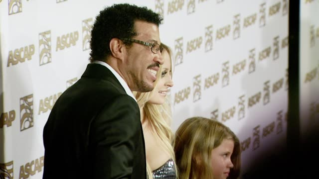 lionel richie and nicole richie at the ascap's 25th annual pop music awards at the kodak theatre in hollywood, california on april 9, 2008. - ライオネル・リッチー点の映像素材/bロール
