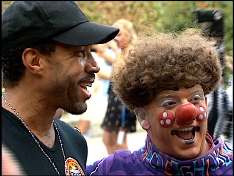 lionel richie at the barnum and bailey circus celebrity event at los angeles sports arena in los angeles, california on july 26, 1996. - ライオネル・リッチー点の映像素材/bロール