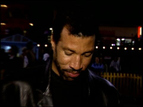 lionel richie at the cirque du soleil 'quidam' premiere at santa monica pier in santa monica, california on september 26, 1996. - ライオネル・リッチー点の映像素材/bロール