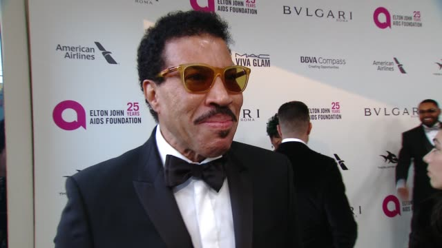 lionel richie at the elton john aids foundation presents the 26th annual academy awards viewing party on march 04, 2018 in west hollywood, california. - ライオネル・リッチー点の映像素材/bロール