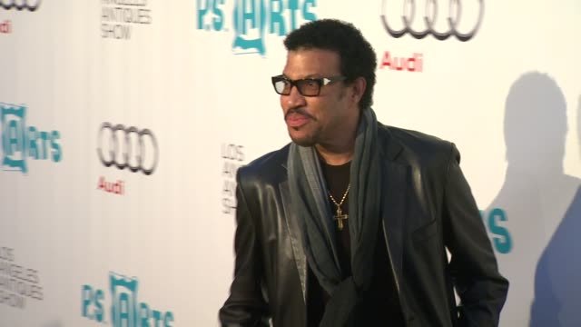 lionel richie at the opening night preview party of the antique show benefiting p.s. arts at santa monica ca. - ライオネル・リッチー点の映像素材/bロール