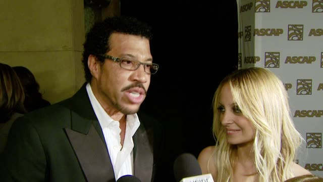 lionel richie on receiving an ascap award and being a grandfather and nicole richie on seeing her dad receive an award at the ascap's 25th annual pop... - ライオネル・リッチー点の映像素材/bロール