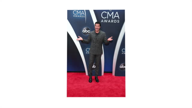 lionel richie performs onstage during the 52nd annual cma awards at the bridgestone arena on november 14, 2018 in nashville, tennessee. - ライオネル・リッチー点の映像素材/bロール