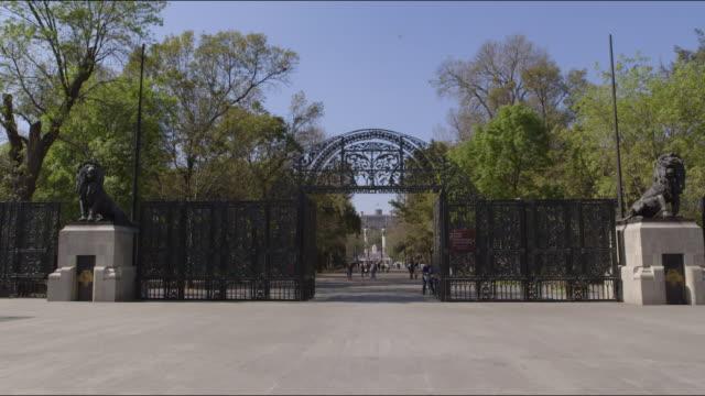 lions gate, chapultepec castle and niños heroes monument - niños stock videos & royalty-free footage