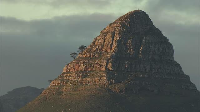 vídeos y material grabado en eventos de stock de aerial ms lion's head mountain peak, cape town, western cape, south africa - provincia occidental del cabo