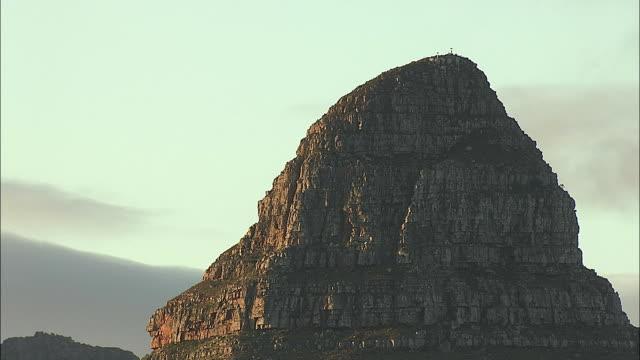 vídeos y material grabado en eventos de stock de aerial cu zi lion's head mountain peak, cape town, western cape, south africa - provincia occidental del cabo