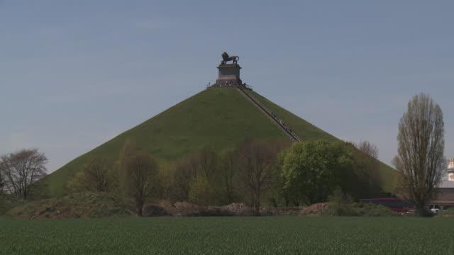 vídeos de stock, filmes e b-roll de lion's mound at waterloo - representação de animal