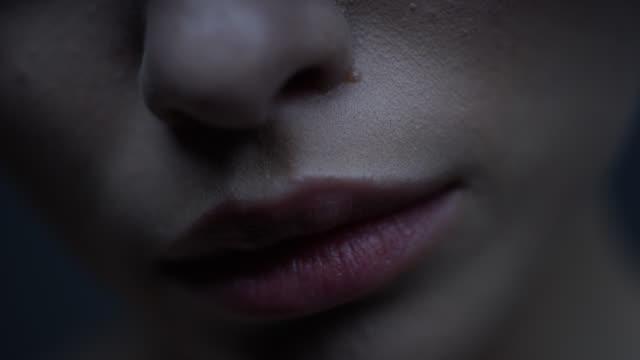 女の子の唇。ファッションビデオ。メイクアップ。スローモーション - 口紅点の映像素材/bロール