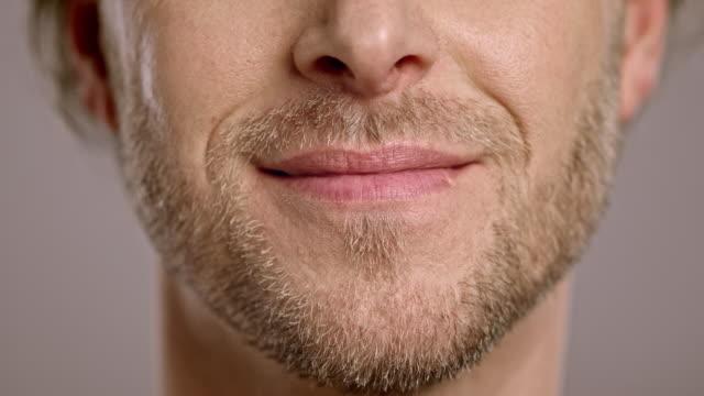 vidéos et rushes de lèvres d'un homme souriant caucasien - lèvres