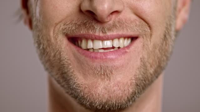 Lippen van een lachende blanke man met een baard