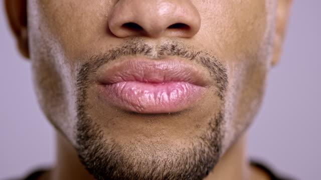 唇に、若いアフリカ系アメリカ人男性 - ゴーティー点の映像素材/bロール