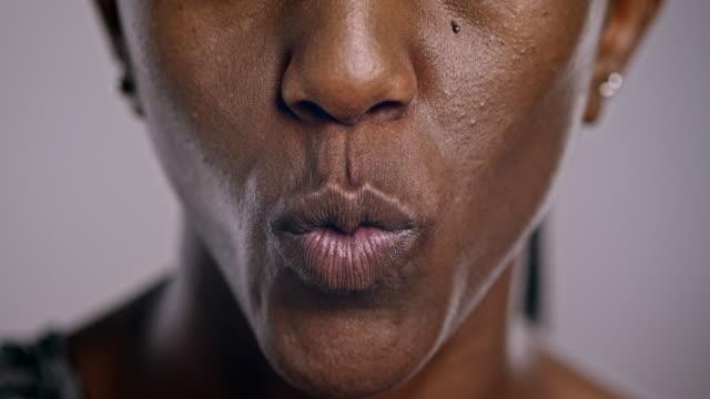 läppar med en afroamerikansk kvinna som skrattar - rynka ihop ansiktet bildbanksvideor och videomaterial från bakom kulisserna