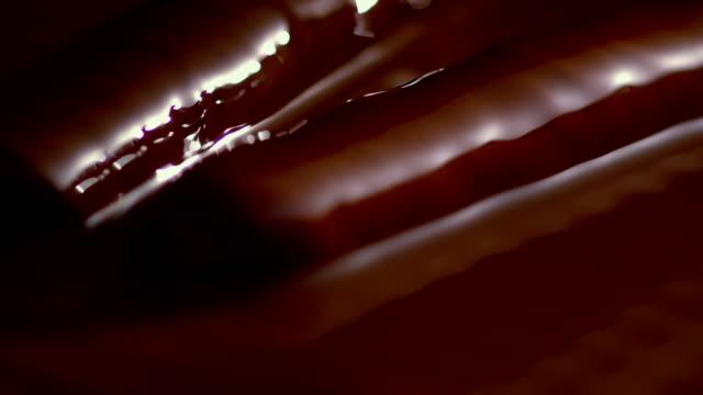 vídeos y material grabado en eventos de stock de chocolate líquido que cubre gelatina - líquido