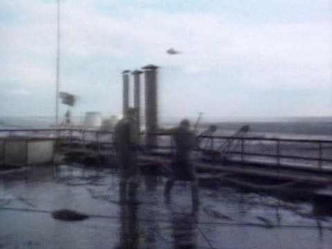 stockvideo's en b-roll-footage met liquidators working on the roof of the chernobyl nuclear plant just after the explosion - kernramp van tsjernobyl