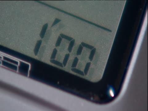 vídeos de stock e filmes b-roll de liquid-crystal display digital clock starts countdown from one minute - liquid crystal display