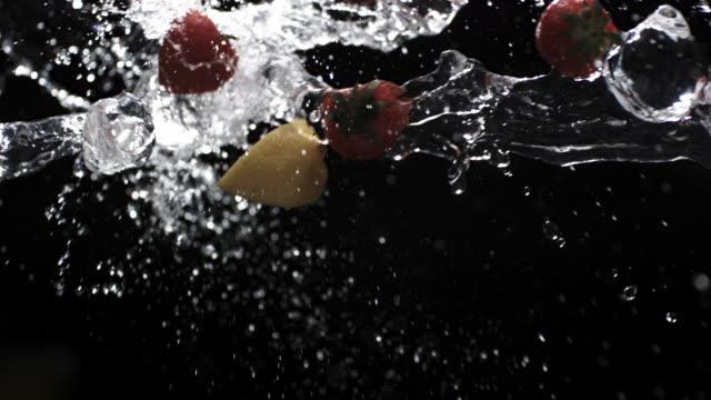 vídeos y material grabado en eventos de stock de cu slo mo liquids, ice and strawberry / united kingdom - fresa