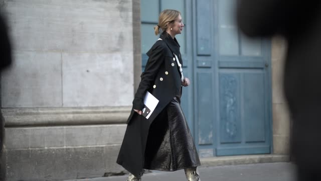vídeos de stock e filmes b-roll de lisa aiken wears a black coat a black leather skirt snake print boots outside ralph russo during paris fashion week haute couture spring summer 2020... - bota