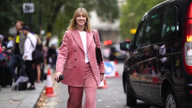 vídeos y material grabado en eventos de stock de lisa aiken wears a pink blazer jacket, pink flared pants, a white t-shirt, a bag , during london fashion week september 2018 on september 18, 2018 in... - camiseta