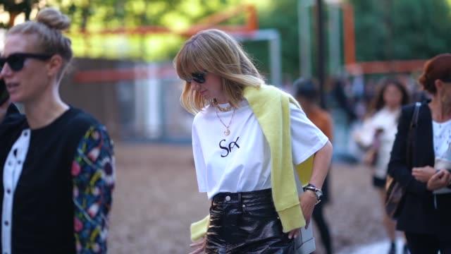 vídeos y material grabado en eventos de stock de lisa aiken wears a white t-shirt, a black leather skirt, sunglasses, during london fashion week september 2018 on september 17, 2018 in london,... - camiseta blanca