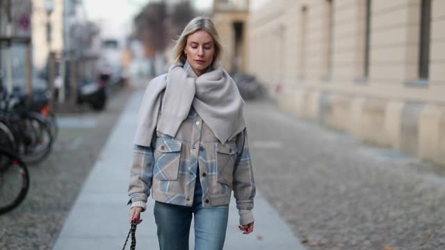 vídeos y material grabado en eventos de stock de lisa hahnbueck is seen wearing allude sweater worn over shoulders plaid gestuz jacket flared citizens of humanity jeans chanel bag balenciaga heels... - a cuadros