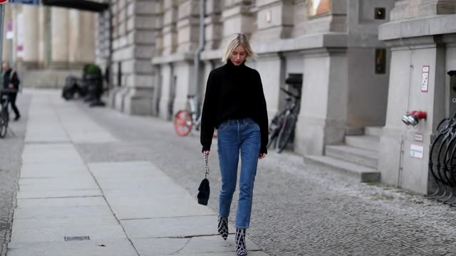 vídeos de stock, filmes e b-roll de lisa hahnbueck is seen wearing navy louis vuitton turtleneck, cropped navy blue re/done denim jeans, jimmy choo x my theresa plaid boots, velvet... - jeans
