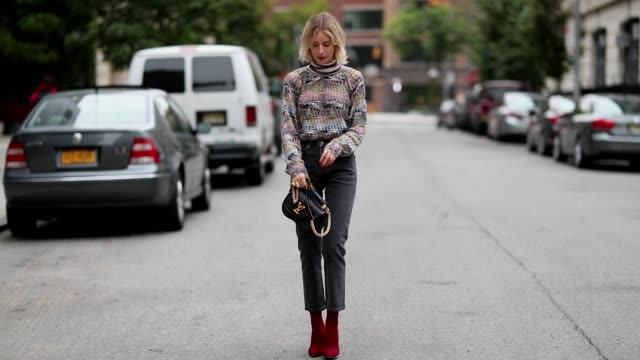 vídeos de stock, filmes e b-roll de lisa hahnbueck wearing missoni knit, grey levis jeans, gianvito rossi heels, louis vuitton new wave bag seen during new york fashion week... - jeans