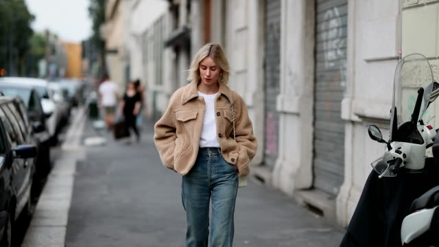 vídeos de stock e filmes b-roll de lisa hahnbueck wearing teddy jacket off white, white tshirt celine, denim jeans citizens of humanity, balenciaga boots, chanel bag is seen during... - jeans