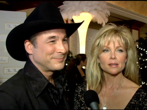 vídeos y material grabado en eventos de stock de lisa hartman and clint black on their relationship how they met and how they got involved with the thalians at the 50th anniversary of the thalians... - gala thalians