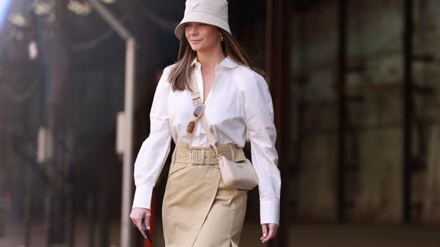 vídeos y material grabado en eventos de stock de lisa hyde wearing prada bucket hat, sunglasses she one, oroton white shirt and beige wrap skirt and alias mae white boots at afterpay australian... - falda